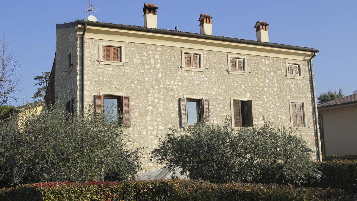 Muro pietra corte rurale ristrutturata