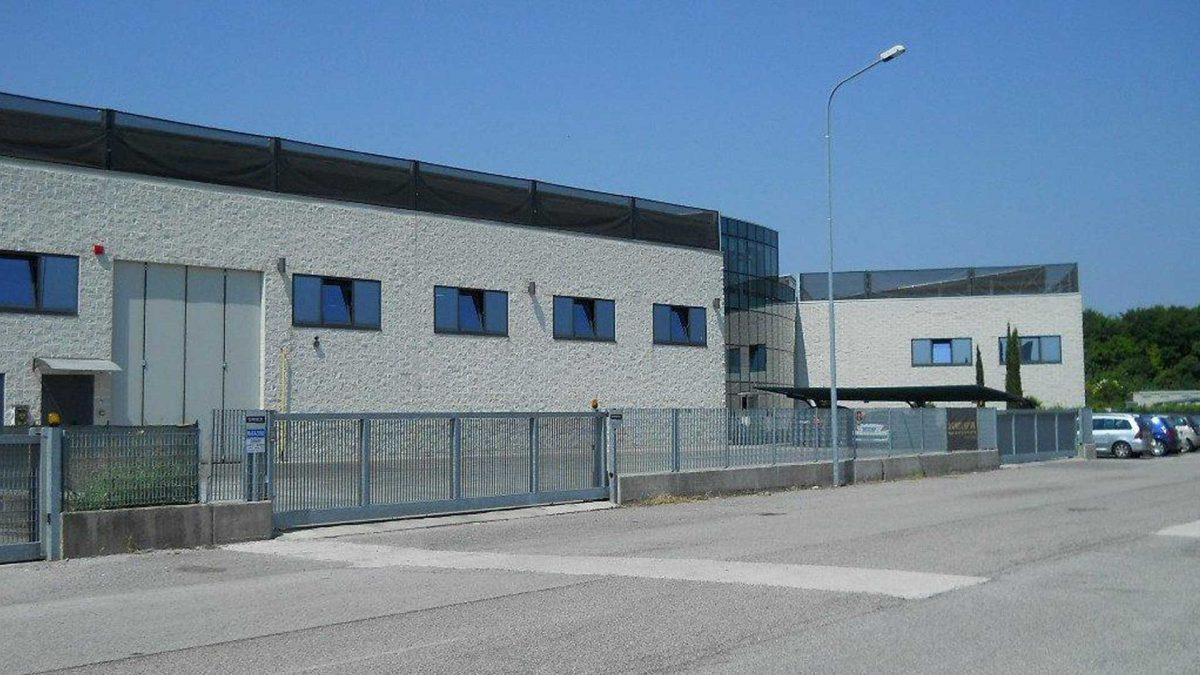 Fronte esterno impianto fotovoltaico azienda produttiva